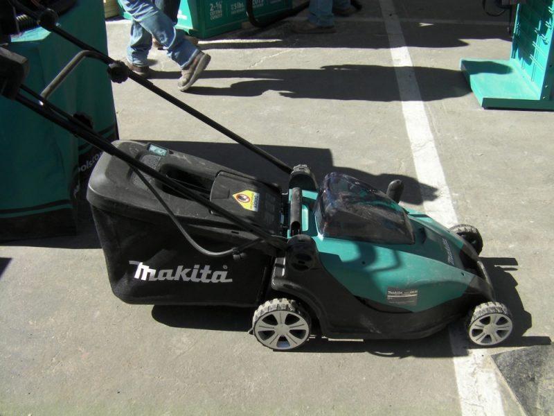 Makita 19-inch bagging lawn mower