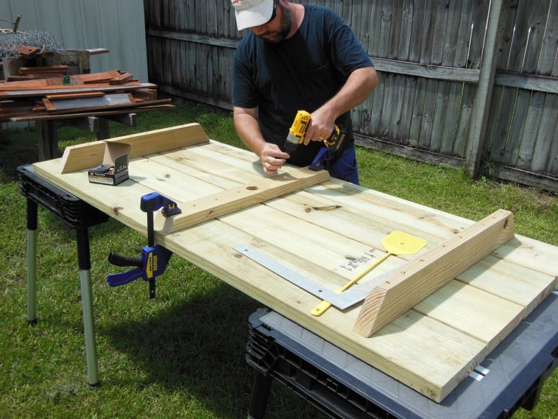 Attaching the middle table support.